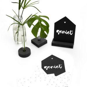 zwarte-kaart-huisje-geniet-met-bedrukte-envelop-zoedt